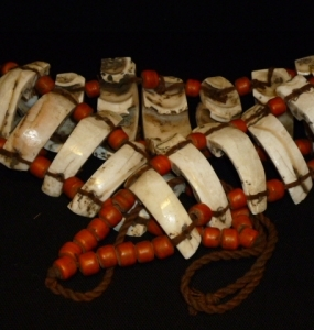 Cintura, Naga, osso, paste di vetro e corda. cm. 123