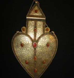 Amuleto in argento lavorato a caldo e corniole, Turkmenistan, Teke, 28 x 16